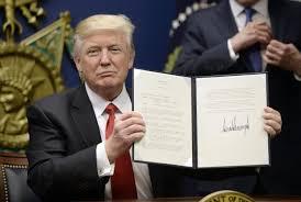 Donald Trump se ha dedic ado a firmar multiples órdenes ejecutivas que maercan la inquietante deriva de su presidencia